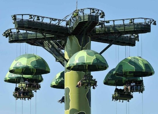 toy soldiers parachute drop attraktion disneyland paris foto